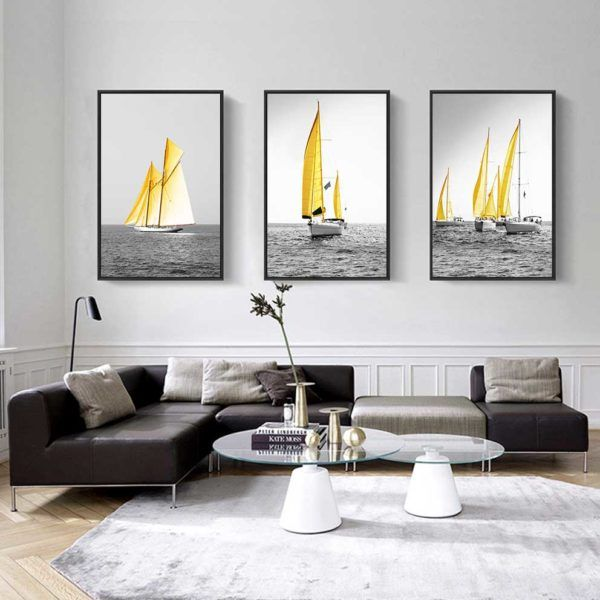 tranh thuyền buồm vàng trên nền đen trắng treo phòng khách