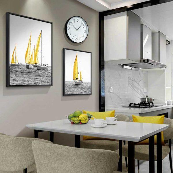 tranh thuyền buồm vàng trên nền đen trắng treo phòng ăn