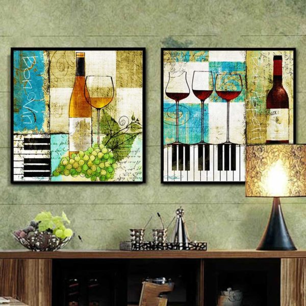 Tranh chai rượu và ly rượu treo phòng khách
