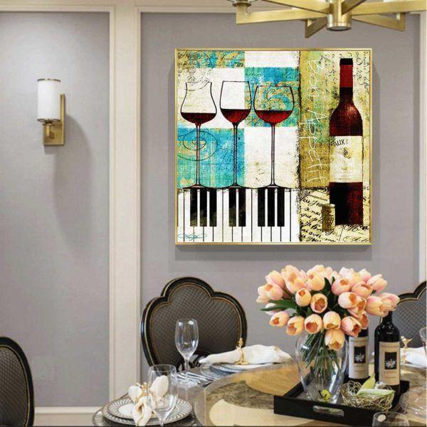 Tranh chai rượu và ly rượu treo phòng ăn