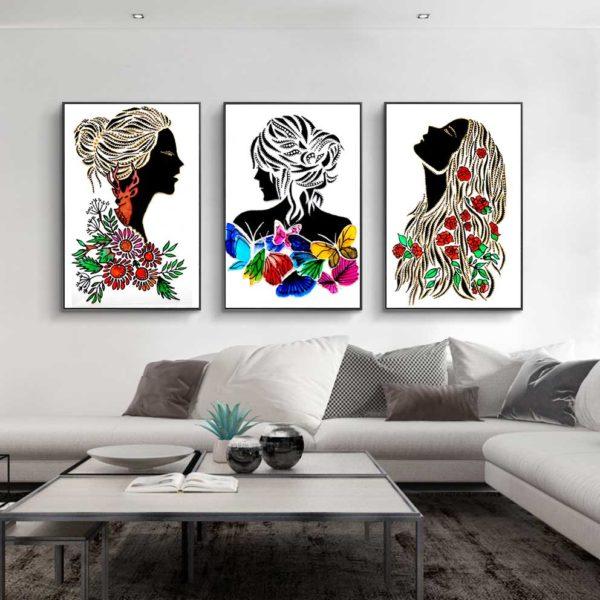 cô gái và hoa treo phòng khách