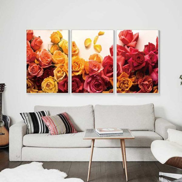 tranh hoa hồng treo ghế sofa màu trắng