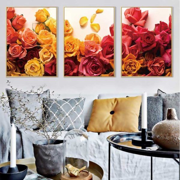 tranh hoa hồng treo ghế sofa màu xám