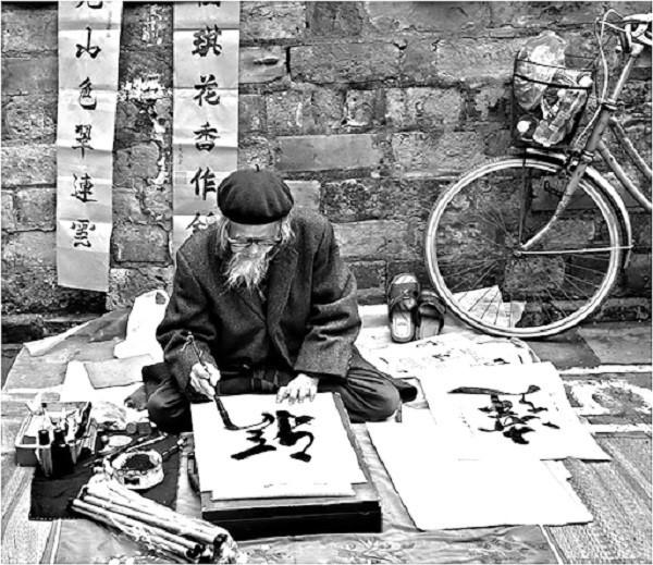 Tranh chân dung đời thường của thầy viết thư pháp